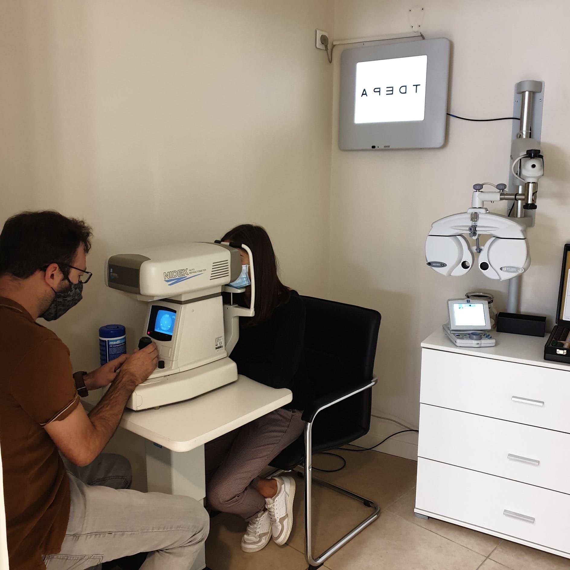 test de la vision appareil moderne tete de refraction lunettes vue opticien